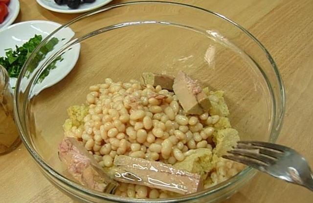 выкласть тунца в салатник