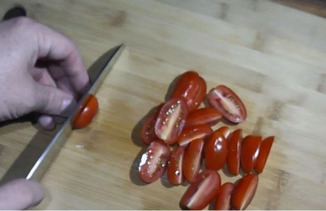 режем помидоры пополам