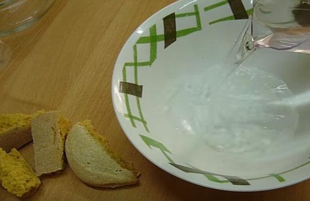 наливаем воду и замачиваем сухой хлеб
