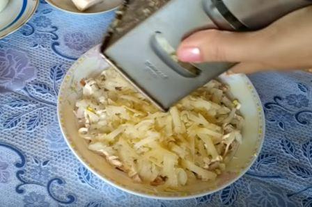 на крупной терке трем картофель
