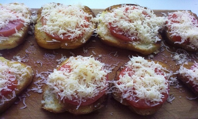 тартинки с сыром и помидорами