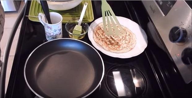 снимаем блин со сковороды