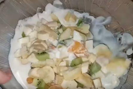 резанные фрукты смешиваем с кремом
