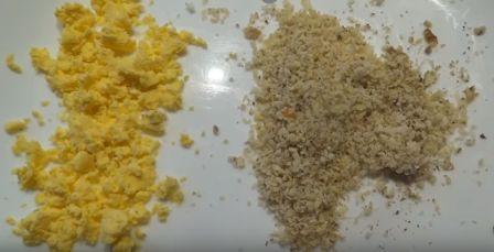 измельчаем желток и орехи