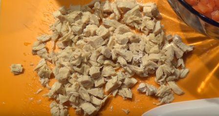 мелкими кубиками режем куриную грудку