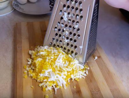 трем яйцо на крупной терке