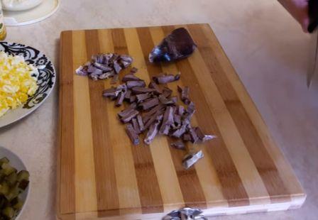 режем кубиками свиной язык
