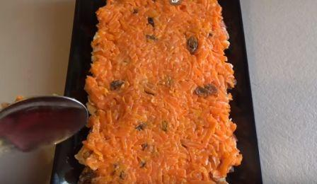 второй слой изюм, морковь и майонез