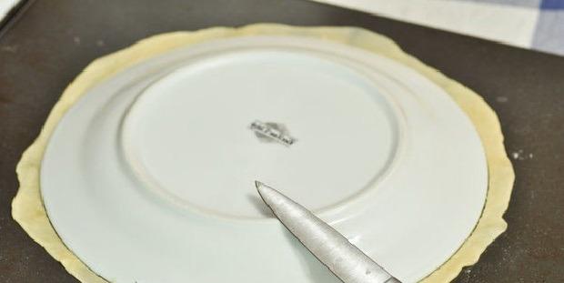 обрезаем лишнее тесто