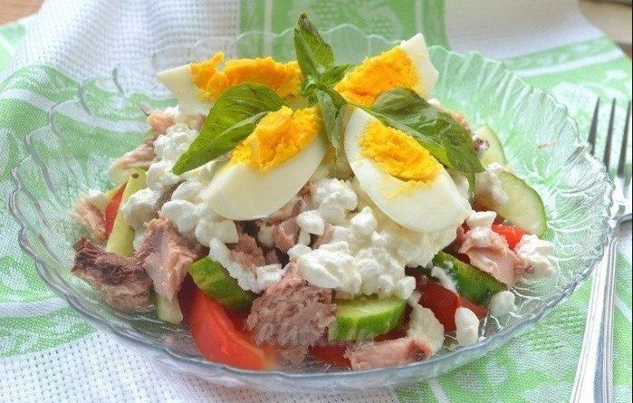 Салат с тунцом, огурцом и яйцами