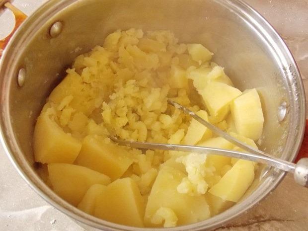 разминаем варёный картофель