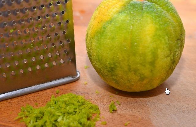 натереть мелко цедру лимона