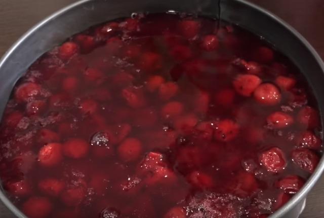залить вишневым желе ягоды