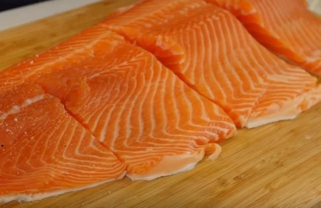 разрезать пласт лосося и посолить