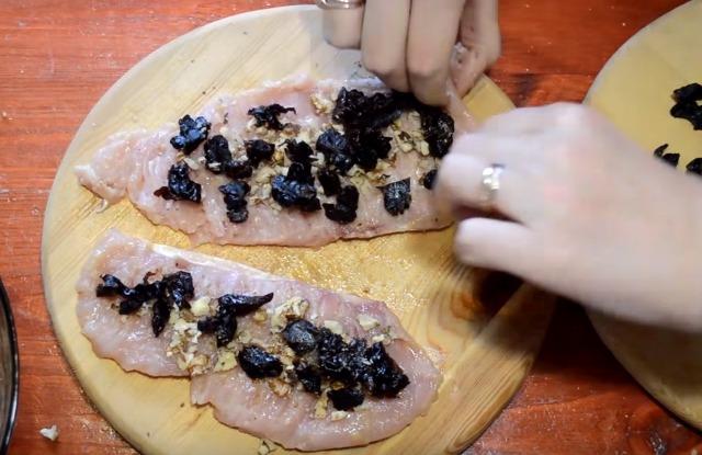 разложить на каждый пласт мяса начинку