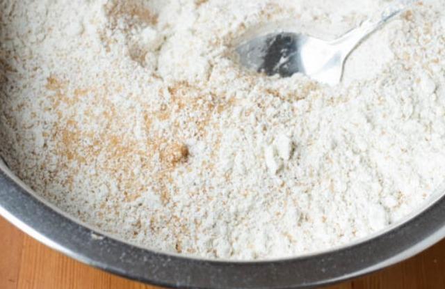 соеденить муку, сахар и разрыхлитель