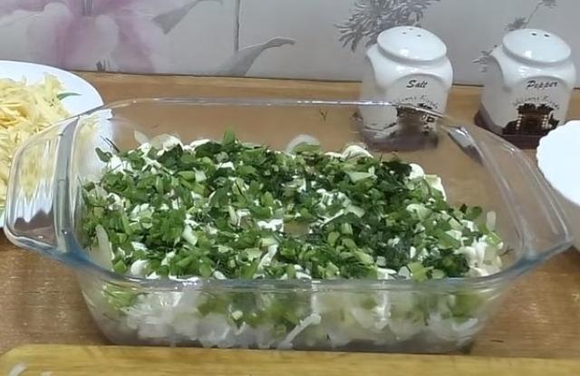 нарезать мелко зелень и рассыпать в форму