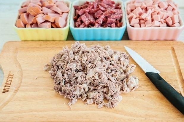 нарезаем свинину, колбасы,сосиски и буженину