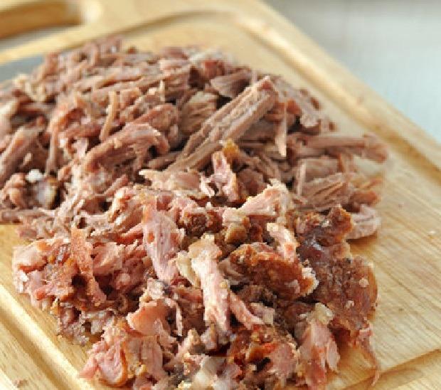 отваренное мясо очищаем и нарезаем