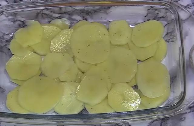 разложить картофель в форму