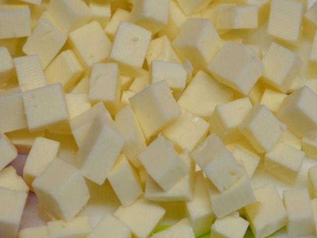 нарезаем плавленный сыр