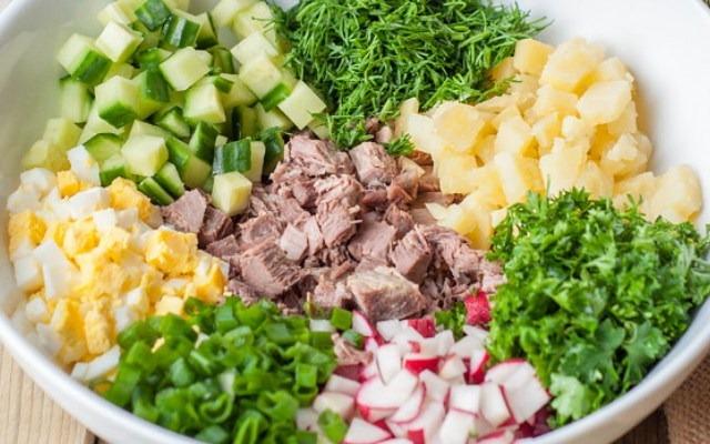 нарезать зелень и овощи, мясо