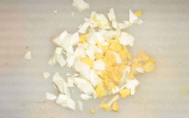 сварить и нарезать яйца