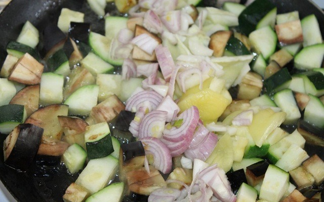 добавить лук, чеснок, болгарский перец