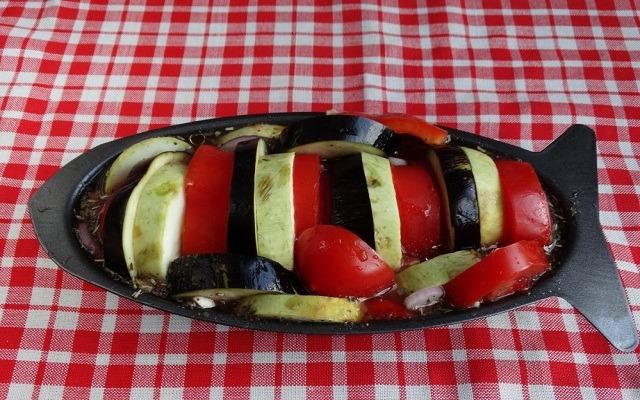 выложить чередуя овощи