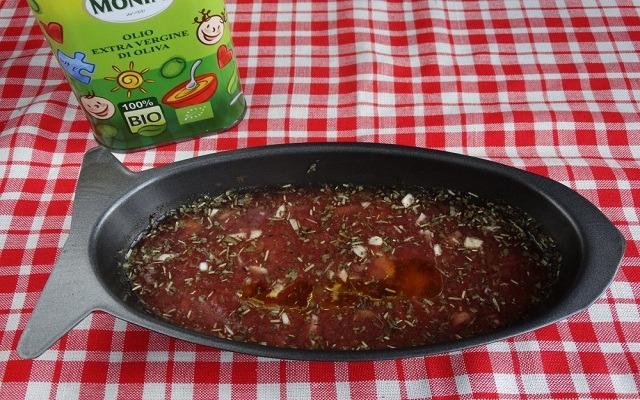 перелить соус в форму, добавить масло