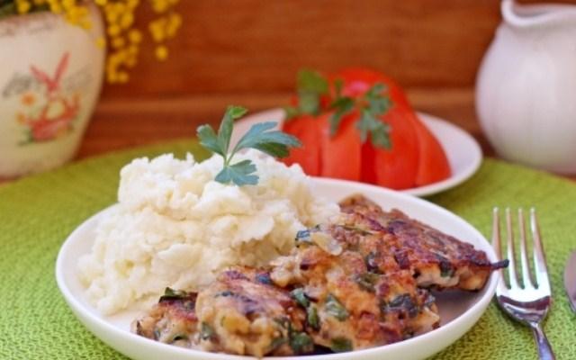 Рубленые курино - грибные котлеты на сковороде