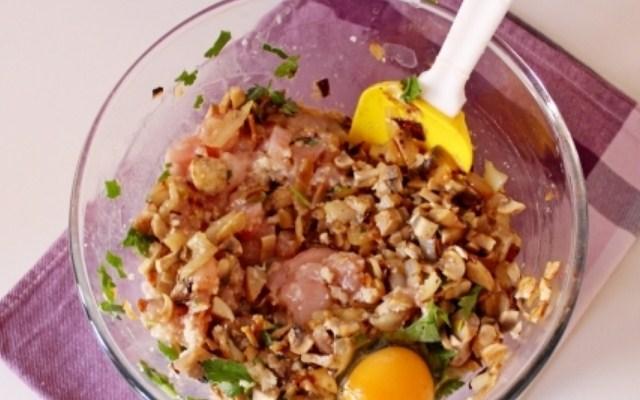 добавить обжаренную массу и яйцо