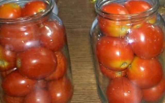 разложить помидоры и специи по банкам