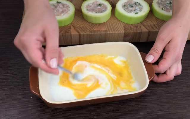 взбить яйца с молоком