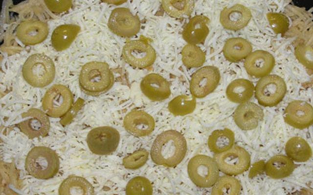 засыпаем сыром и оливками