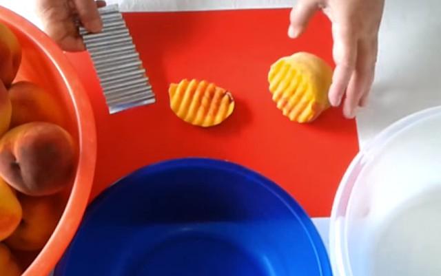 нарезаем персики фигурным ножом
