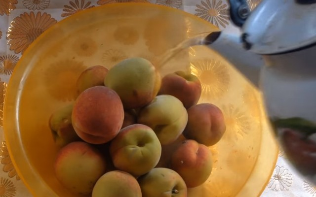 залить персики кипятком