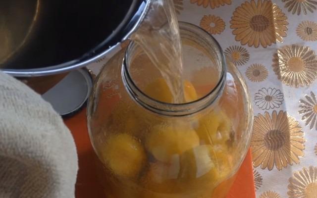 залить персики компотом
