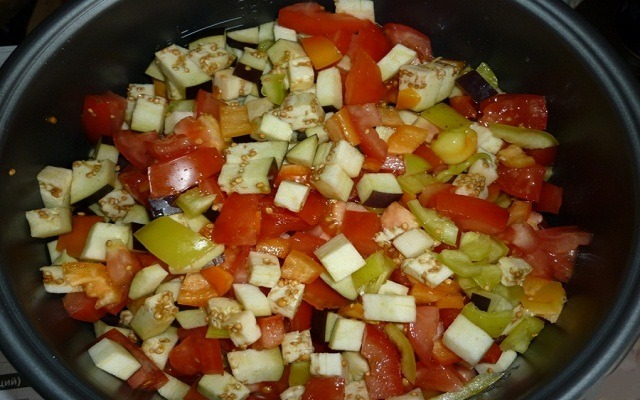 добавить овощи, тушить