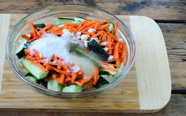 смешать овощи со специями