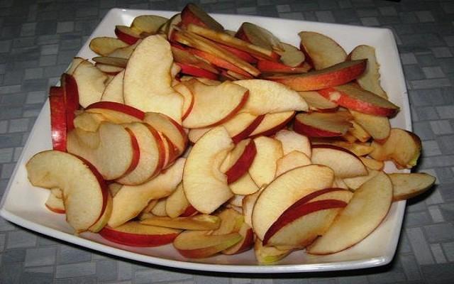 сбрызнуть яблоки лимонным соком