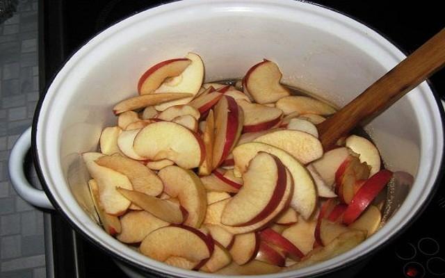 яблоки переложить в сироп