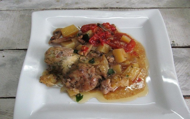 фрикадельке с картофелем, грибами и помидорами в горшочках