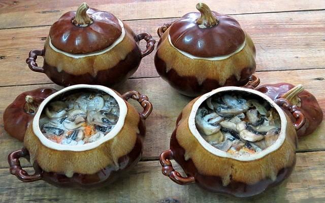 добавить грибы, залить соусом