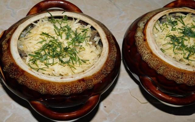 залить сливки, добавить сыр, зелень