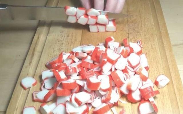 нарезать крабовые палочки