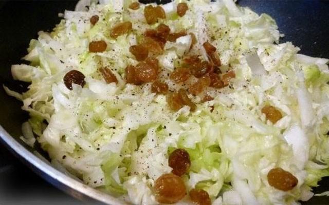 потушить овощи, а потом добавить изюм и специи