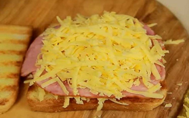 посыпать тосты сыром
