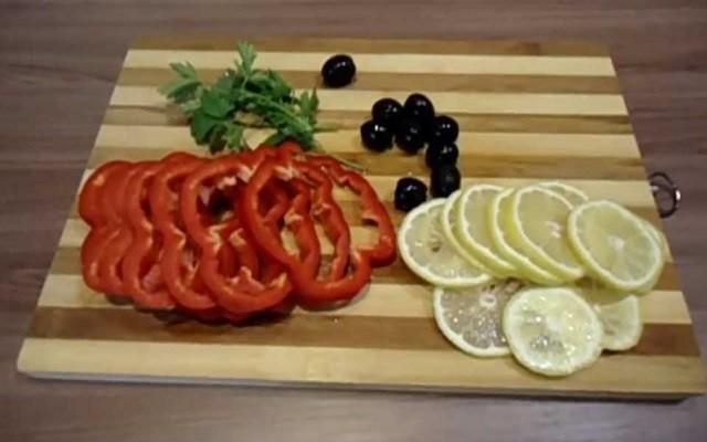 нарезать перец и лимон