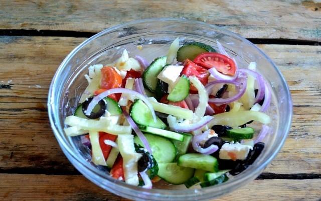 перемешать салат, заправить